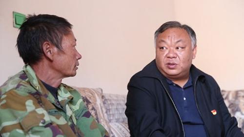 2018年11月18日,在大姚县湾碧乡,李忠凯(右)在建档立卡贫困户家中走访。