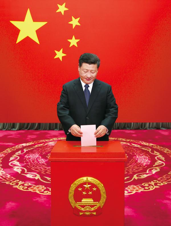 2016年11月15日,中共中央总书记、国家主席、中央军委主席习近平在北京市西城区中南海选区怀仁堂投票站参加区人大代表选举投票。 新华社记者 兰红光/摄