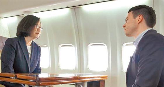 蔡英文19日在专机上,全程以英语接受美国有线电视网(CNN)独家专访。(图片取自台媒)