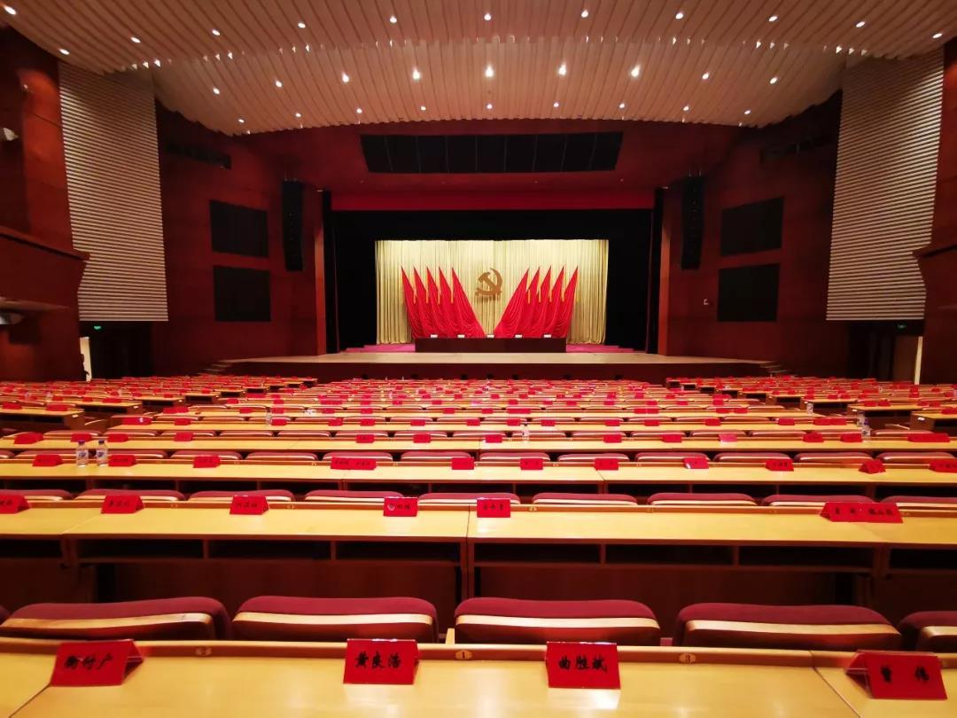 △开学典礼在党校礼堂一层举行。(央视记者张晓鹏拍摄)
