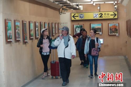 池上乐龄(60岁以上)绘画班学员画作成为火车站一道风景。中新社记者 孔任远 摄