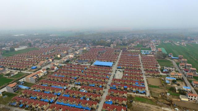 这是河南省兰考县黄河滩区易地搬迁扶贫社区谷营镇姚寨新村社区(2018年11月14日无人机拍摄)。
