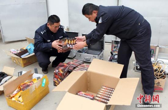 派出所民警在清点查缴的伪基站设备。(资料图) 中新社发 刘心中 摄