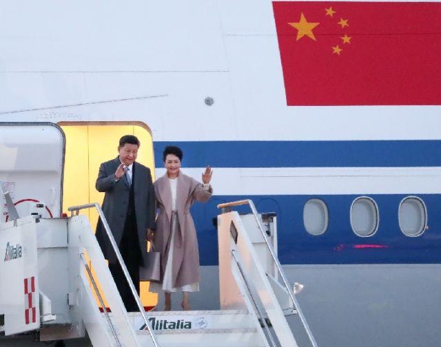 3月21日,习近平主席乘专机抵达罗马,开始对意大利共和国进行国事访问。这是他今年首次出访第一站,也是中国国家元首时隔10年再次对意大利进行国事访问。(新华社记者王晔摄)