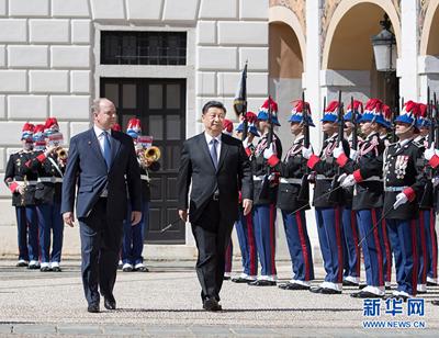 3月24日,国家主席习近平同摩纳哥亲王阿尔贝二世举行会谈。会谈前,阿尔贝二世亲王为习近平举行隆重欢迎仪式。 新华社记者 王晔 摄