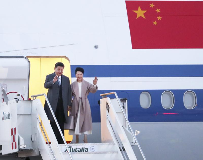2019年3月21日,国家主席习近平乘专机抵达罗马,开始对意大利共和国进行国事访问。这是习近平和夫人彭丽媛步出舱门。