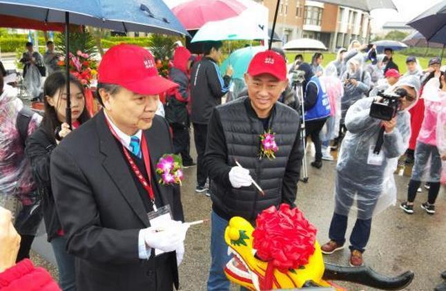 铭传大学校长李铨(左)、金门县县长杨镇浯(右)为龙舟点睛