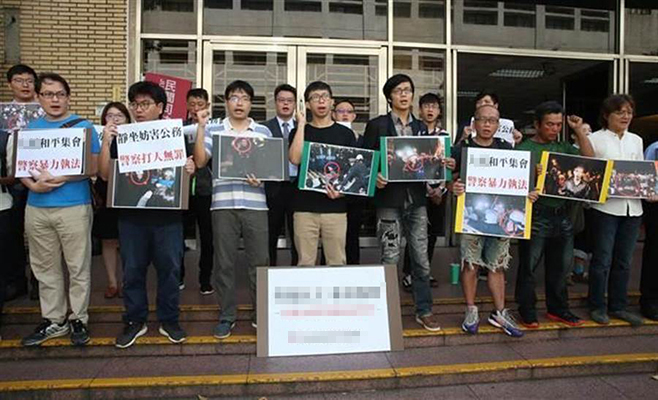 """台湾""""高等法院""""审理""""学运三二三占领'行政院'案""""将辩论终结,一审获判无罪的魏扬(中)等于庭前开记者会,呼吁二审法官应判全数被告无罪。"""