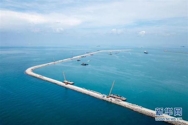 這是2018年4月28日在馬來西亞關丹港新深水碼頭拍攝的防波堤。