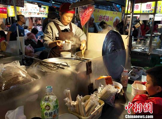 台北有十几个夜市,市井气息和烟火味浓郁,吸引当地市民及游客。中新社记者 毕永光 摄
