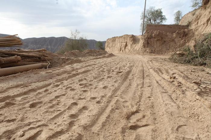 布楞沟村的土路