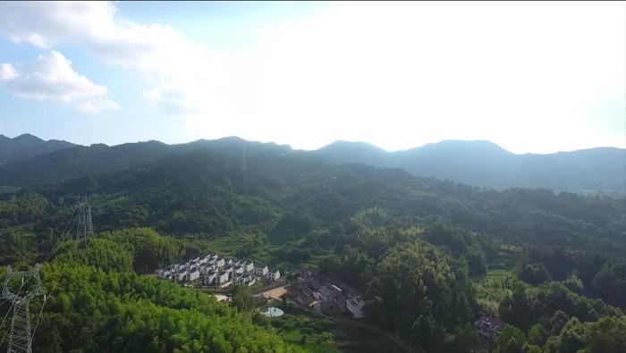山坳里的大湾村