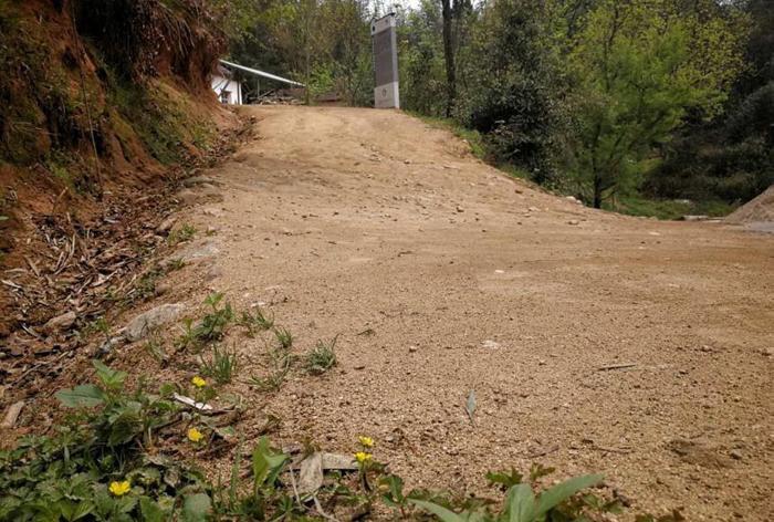 村口的土路陡坡