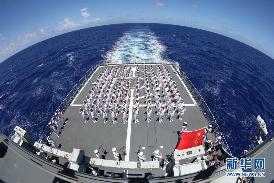 """2016年6月25日,参加""""环太平洋-2016""""演习的151舰编队组织跨越国际日期变更线纪念仪式(资料照片)。"""