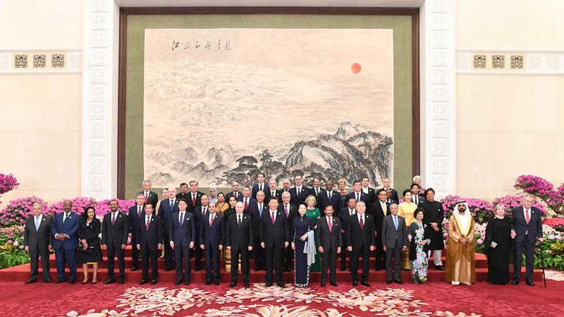 """4月26日,国家主席习近平和夫人彭丽媛在北京人民大会堂举行宴会,欢迎出席第二届""""一带一路""""国际合作高峰论坛的外方领导人夫妇及嘉宾。这是习近平和彭丽媛同外方领导人夫妇及嘉宾合影留念。"""