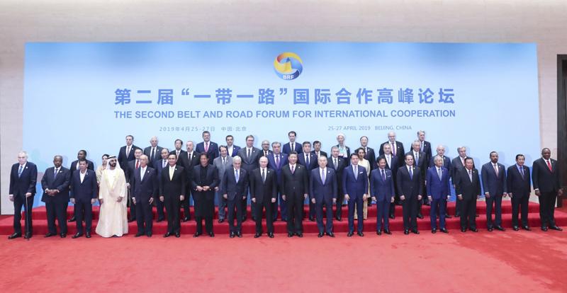 """4月27日,第二届""""一带一路""""国际合作高峰论坛在北京雁栖湖国际会议中心举行圆桌峰会,国家主席习近平主持会议并致开幕辞。这是当天中午,习近平同与会领导人和国际组织负责人集体合影。"""