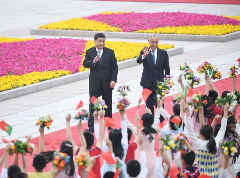 4月29日,国家主席习近平在北京人民大会堂同葡萄牙总统德索萨举行会谈。这是会谈前,习近平在人民大会堂东门外广场为德索萨举行欢迎仪式。