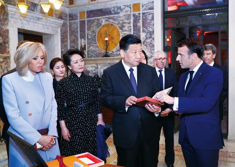 2019年3月24日,国家主席习近平在法国尼斯会见法国总统马克龙。习近平夫人彭丽媛、马克龙夫人布丽吉特参加。会见前,马克龙向习近平赠送1688年法国出版的首部《论语导读》法文版原著。