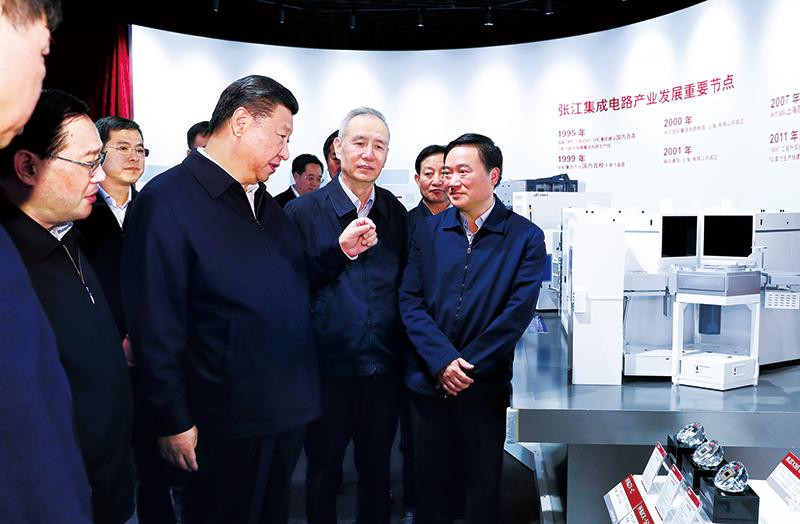 2018年11月6日至7日,中共中央总书记、国家主席、中央军委主席习近平在上海考察。这是6日下午,习近平在张江科学城展示厅考察,了解上海科技创新和科技成果转化情况。