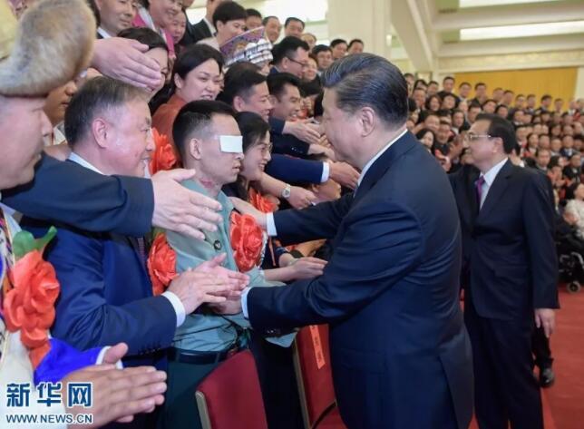全国自强模范暨助残先进表彰大会上,扫雷英雄杜富国向习近平总书记敬上特殊军礼!总书记左手握住他的手肘,右手轻拍其肩膀,致以亲切的问候。