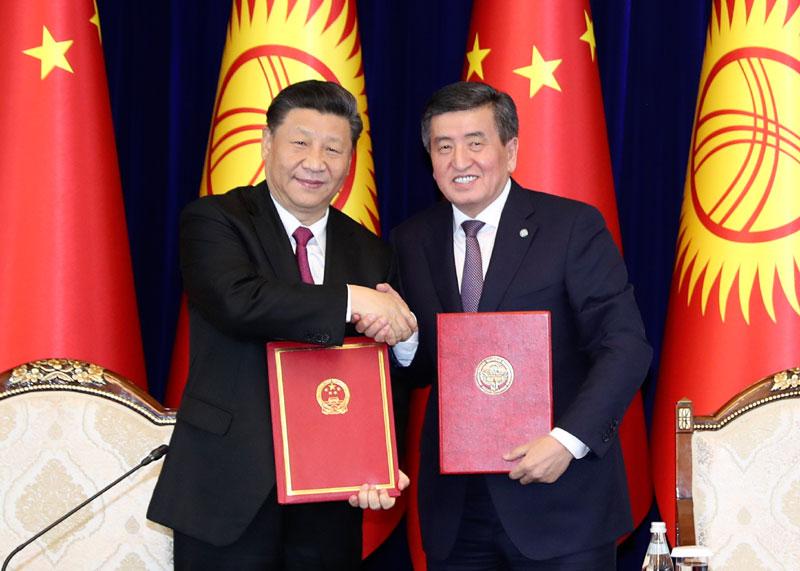 6月13日,国家主席习近平在比什凯克同吉尔吉斯斯坦总统热恩别科夫会谈。这是会谈结束后,两国元首共同签署《中华人民共和国和吉尔吉斯共和国关于进一步深化全面战略伙伴关系的联合声明》。新华社记者 丁林 摄