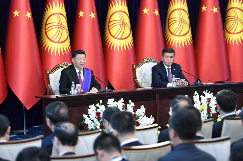 6月13日,国家主席习近平在比什凯克同吉尔吉斯斯坦总统热恩别科夫会谈。这是会谈结束后,两国元首共同会见记者。新华社记者 殷博古 摄