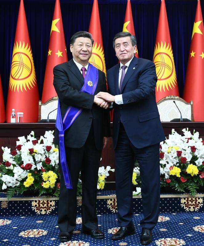 """6月13日,国家主席习近平在比什凯克出席仪式,接受吉尔吉斯斯坦总统热恩别科夫授予""""玛纳斯""""一级勋章。新华社记者 谢环驰 摄"""