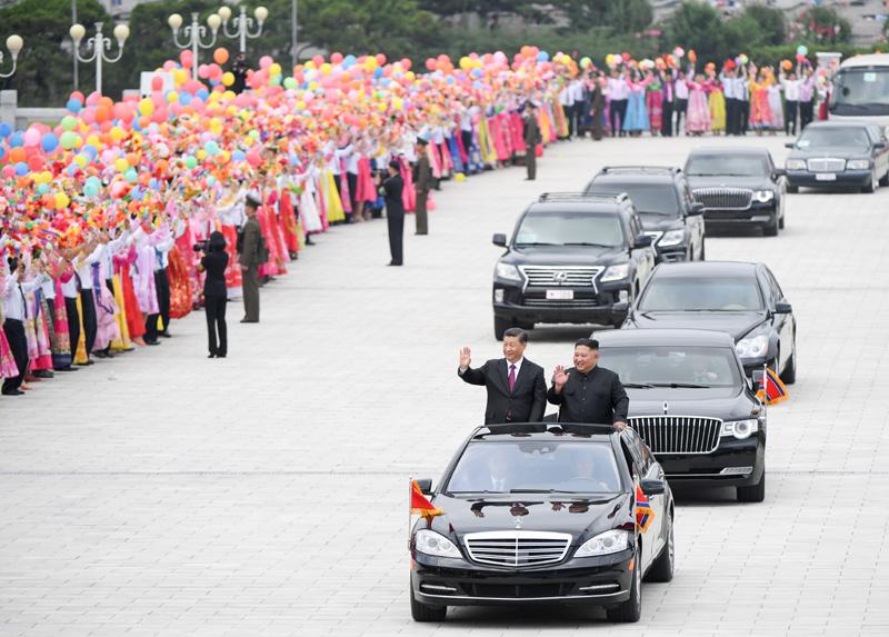 6月20日,中共中央总书记、国家主席习近平乘专机抵达平壤,开始对朝鲜民主主义人民共和国进行国事访问。朝鲜劳动党委员长、国务委员会委员长金正恩和夫人李雪主到机场热情迎接习近平和夫人彭丽媛。朝方在机场举行隆重欢迎仪式。欢迎仪式结束后,习近平与金正恩同车前往锦绣山太阳宫广场,沿途数十万群众夹道欢迎。新华社记者 申宏 摄