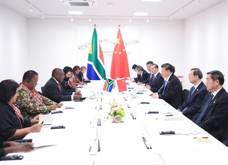 6月28日,国家主席习近平在大阪会见南非总统拉马福萨。新华社记者 燕雁 摄