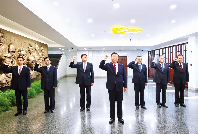 2017年10月31日,中共中央總書記、國家主席、中央軍委主席習近平帶領中共中央政治局常委李克強、栗戰書、汪洋、王滬寧、趙樂際、韓正,瞻仰上海中共一大會址和浙江嘉興南湖紅船。這是31日上午,在上海中共一大會址紀念館,習近平帶領其他中共中央政治局常委同志一起重溫入黨誓詞。 新華社記者 蘭紅光/攝