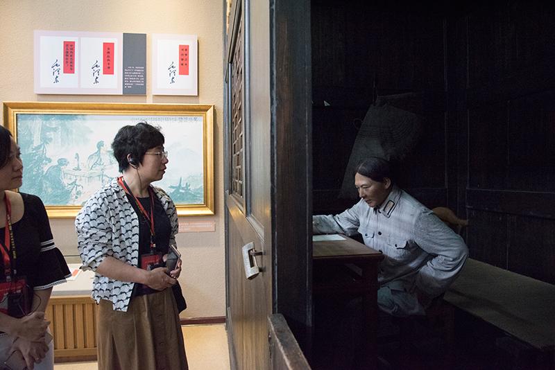 学员在古田会议纪念馆看毛主席蜡像