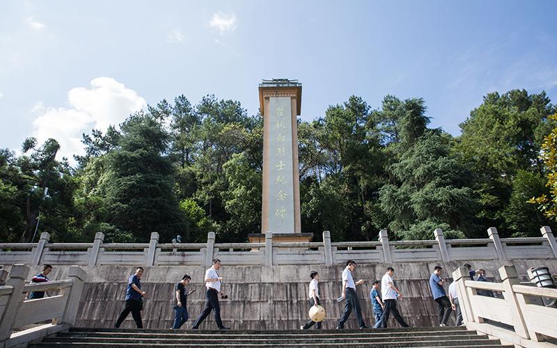 学员在瞿秋白纪念碑下