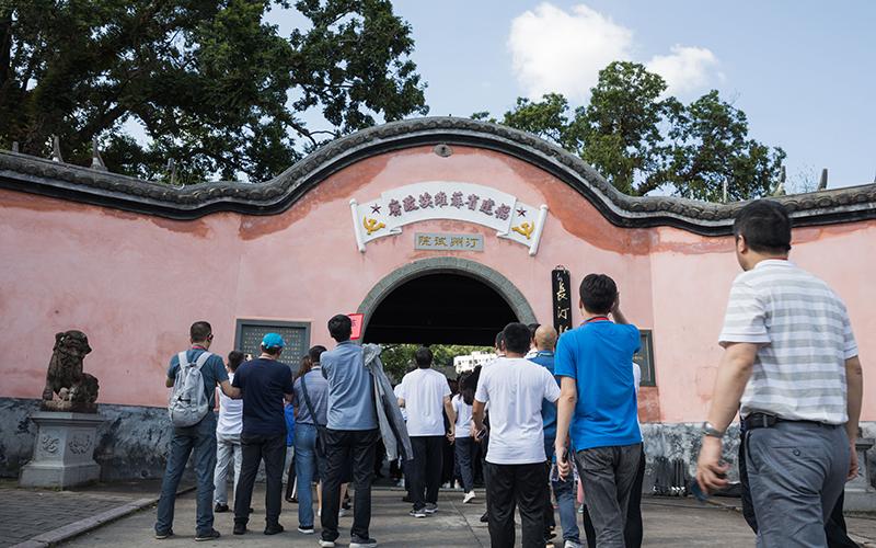 学员排队进入福建省苏维埃政府旧址