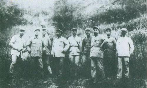 1933年11月,叶剑英(左起)、杨尚昆、彭德怀、刘伯坚、张纯清、李克农、 周恩来、滕代远、袁国平等红一方面军领导在福建建宁