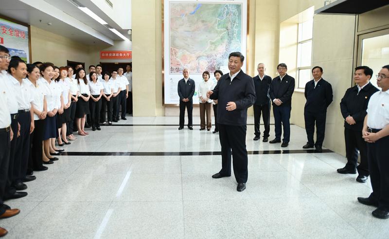 """7月15日至16日,中共中央總書記、國家主席、中央軍委主席習近平在內蒙古考察并指導開展""""不忘初心、牢記使命""""主題教育。這是16日上午,習近平到內蒙古自治區自然資源廳,實地調研指導開展""""不忘初心、牢記使命""""主題教育。"""