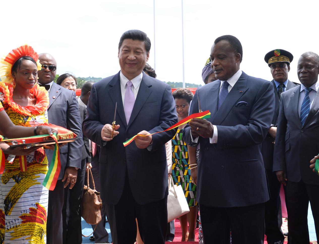 2013年3月30日,习近平同刚果共和国总统萨苏在布拉柴维尔出席中刚友好医院竣工剪彩仪式。