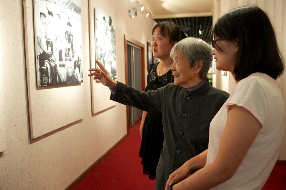 2013年5月21日,龚全珍(中)在江西萍乡市莲花县革命烈士纪念馆向人们讲述丈夫甘祖昌将军的故事。新华社记者 胡晨欢 摄
