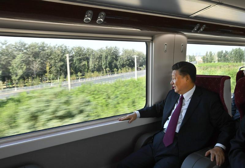 9月25日上午,北京大兴国际机场投运仪式在北京举行。中共中央总书记、国家主席、中央军委主席习近平出席仪式,宣布机场正式投运并巡览航站楼。这是习近平乘坐轨道列车前往北京大兴国际机场。
