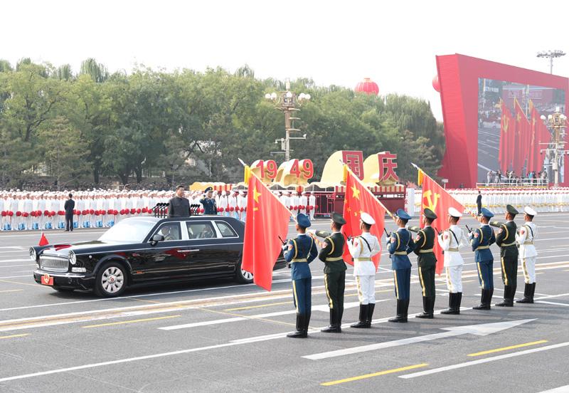 10月1日,庆祝中华人民共和国成立70周年大会在北京天安门广场隆重举行。中共中央总书记、国家主席、中央军委主席习近平发表重要讲话并检阅受阅部队。这是习近平驱车行进至党旗、国旗、军旗前,向旗帜行注目礼。