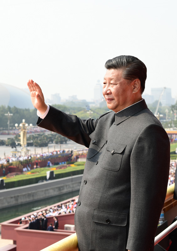 10月1日,庆祝中华人民共和国成立70周年大会在北京天安门广场隆重举行。中共中央总书记、国家主席、中央军委主席习近平发表重要讲话并检阅受阅部队。这是习近平在天安门城楼上。