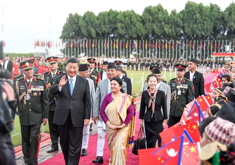 10月12日,国家主席习近平乘专机抵达加德满都,开始对尼泊尔进行国事访问。尼泊尔总统班达里在机场为习近平举行具有浓郁尼泊尔民族特色的欢迎仪式。新华社记者 高洁 摄