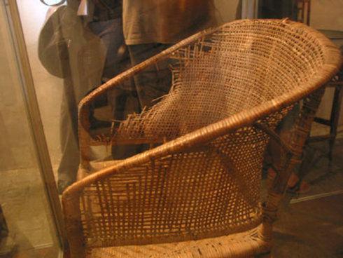 圖為焦裕祿生前坐過的藤椅。因他經常用木棍、牙刷等物件抵在藤椅上給肝部止疼,藤椅右側被頂出一個洞。
