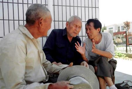 圖為李連成(右一)和村民在一起