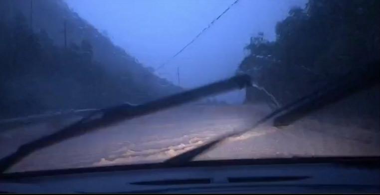 圖為6月16日晚,黃文秀遇難前在車里拍攝的遭遇洪水的情景