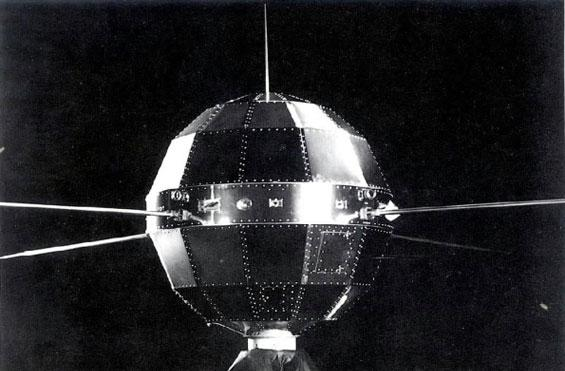 """圖為我國第一顆人造地球衛星""""東方紅一號"""""""