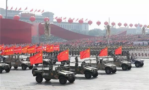 △10月1日上午,庆祝中华人民共和国成立70周年大会在北京天安门广场隆重举行。这是战旗方队接受检阅。