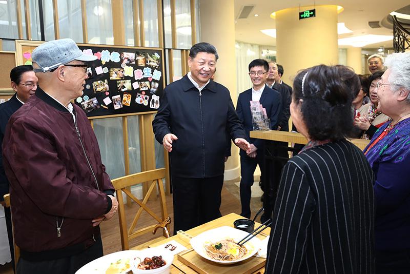 11月2日至3日,中共中央总书记、国家主席、中央军委主席习近平在上海考察。这是2日下午,习近平在长宁区虹桥街道古北市民中心老年助餐点,同正在用餐的居民热情交谈。新华社记者 鞠鹏 摄