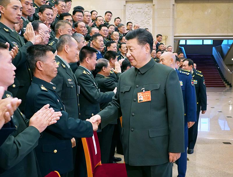 11月8日至10日,中央军委基层建设会议在北京召开。中共中央总书记、国家主席、中央军委主席习近平出席会议并发表重要讲话。这是习近平亲切接见会议代表。新华社记者 李刚 摄