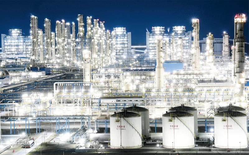 近年来,一些地方围绕自身优势大力发展特色产业,依托特色产业打造人才高地,依靠人才优势支撑产业发展,走出了一条创新发展之路。图为全球单套规模最大煤制油项目——国能神华宁煤集团400万吨煤制油项目夜景(2018年8月3日摄)。 新华社记者 王鹏/摄