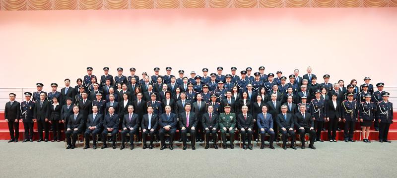 12月19日,国家主席习近平在澳门会见澳门特别行政区纪律部队代表。新华社记者 庞兴雷 摄
